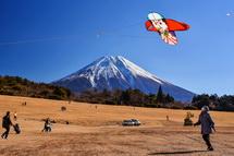 富士山をバックに凧揚げ