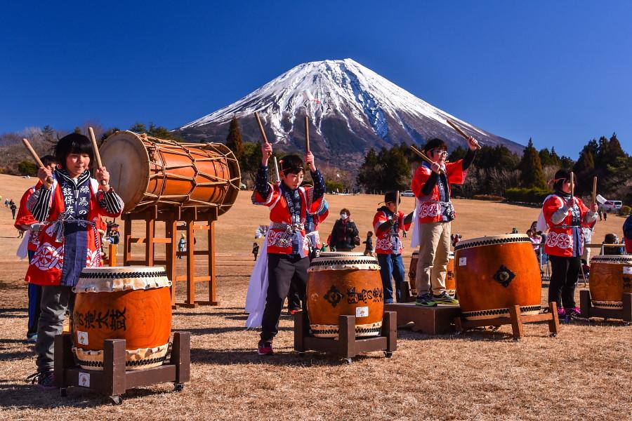 陣馬の滝太鼓の演奏