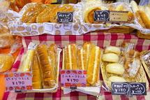 多彩なパンが並ぶ