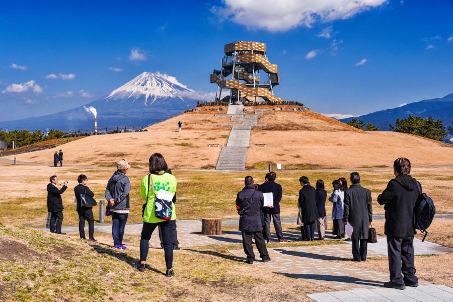 完成したタワーと富士山の風景を楽しむ