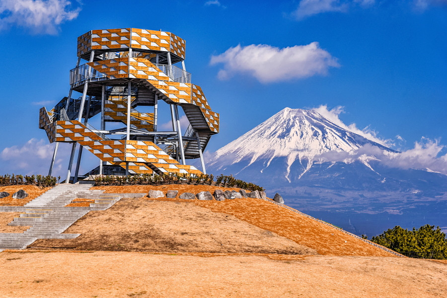 タワーと富士山の風景