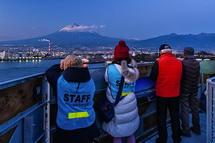 富士山ドラゴンタワーからの夕暮れ時の眺めを楽しむ