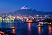 タワーからの夕暮れ時の富士山と田子の浦港の風景