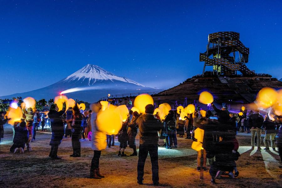 富士山とスカイランタン(合成写真)