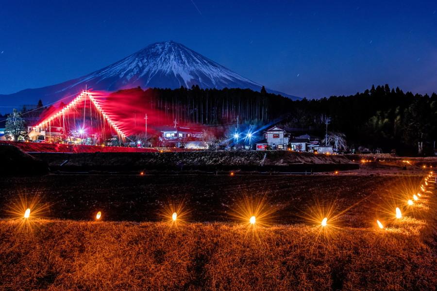 仕掛け花火と富士山の風景