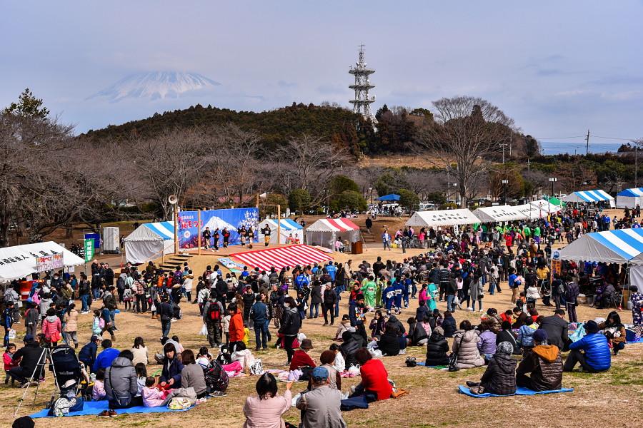 賑わう祭り会場の芝生広場
