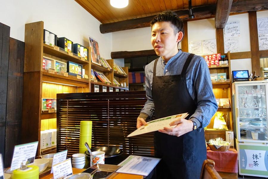 店員によるお茶の説明