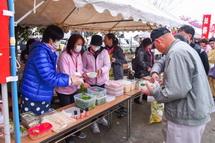 菜の花入りのそばを販売する婦人会のブース
