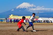 富士山をバックに試合を繰り広げる