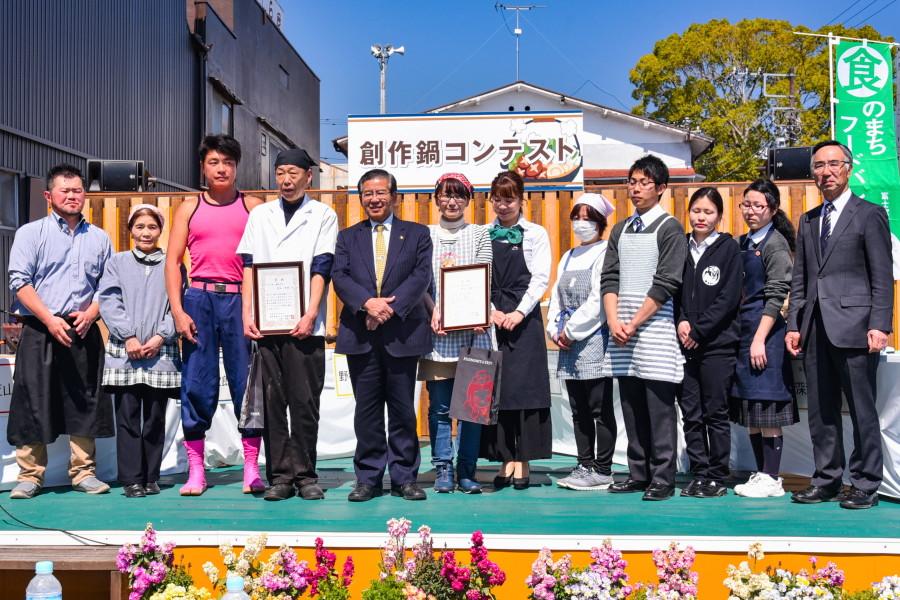コンテスト参加者と審査員で記念撮影