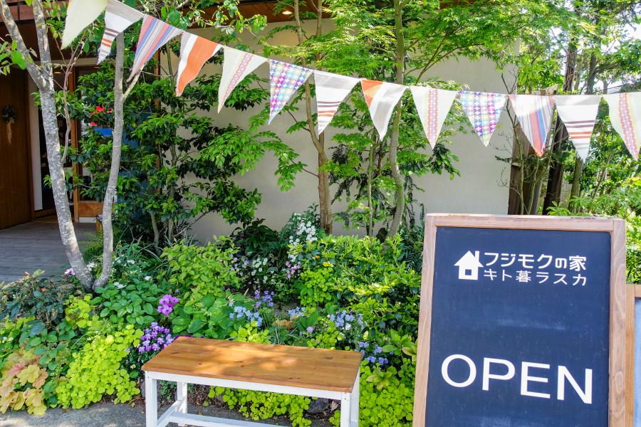 入口付近を彩る草木の新緑と花が綺麗