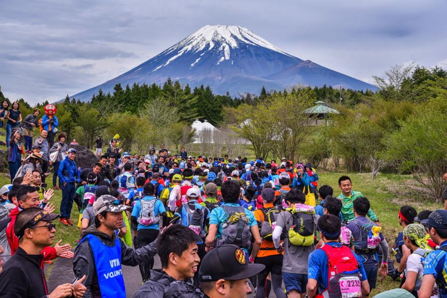 雄大な富士山とランナーの風景