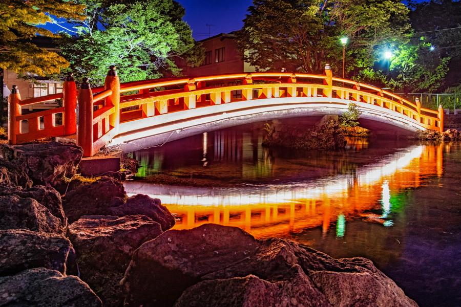 朱塗りの橋のライトアップ