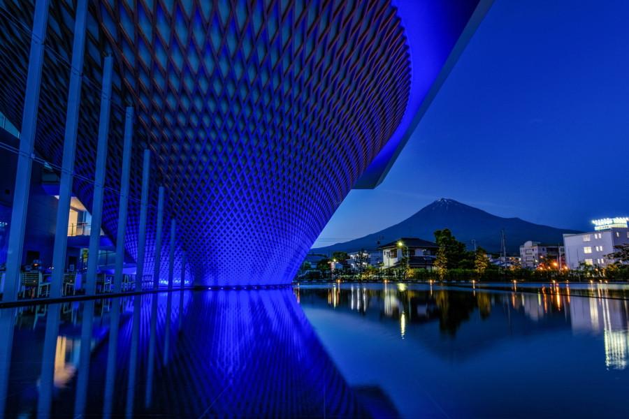 青色にライトアップされた静岡県富士山世界遺産センター