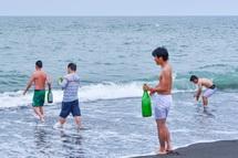 お清めの海水を汲む