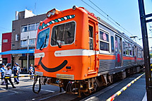 祭りをイメージしたラッピング電車
