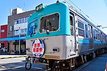 祇園祭のヘッドマーク付き電車
