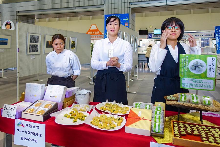 「それ、みやげにして宮!名物コンペ」のお披露目が行われた富士宮市役所