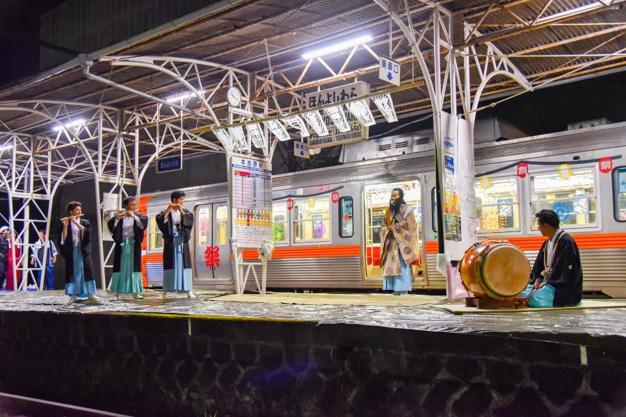 本吉原駅ホームにスサノオノミコトが降り立つ