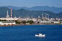 展望台からの田子の浦港と富士市街の風景