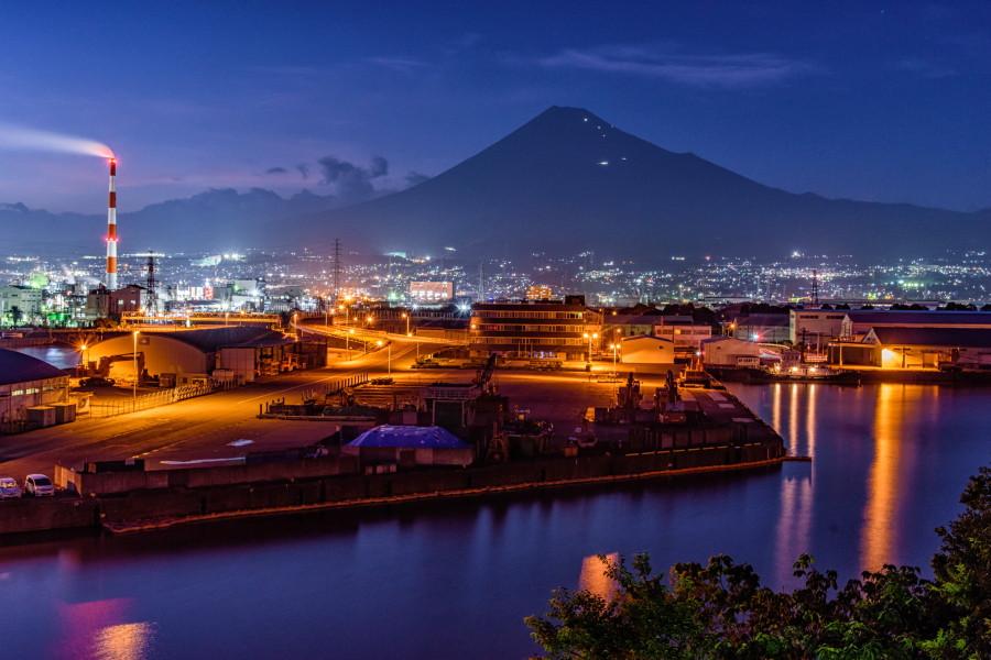 展望台からの田子の浦港と富士山の夜景