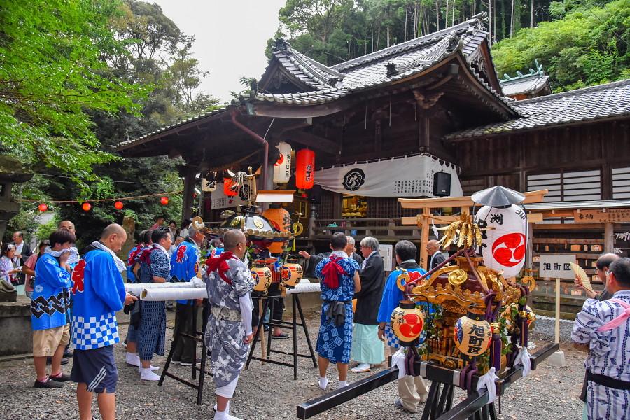 八坂神社境内に神輿が集結