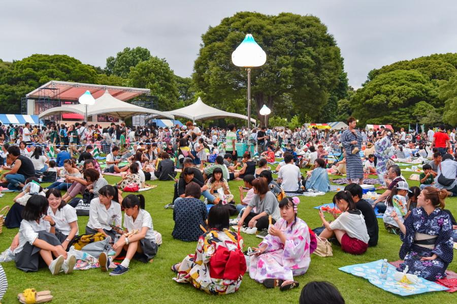 賑わう祭り会場の富士市中央公園