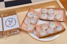 富士宮高校会議所開発のグルメの試食も
