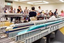 さまざまな鉄道模型が走る