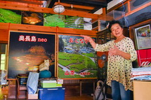 茶畑についての説明をする勝山さん