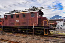 岳南富士岡駅の機関車と富士山の風景