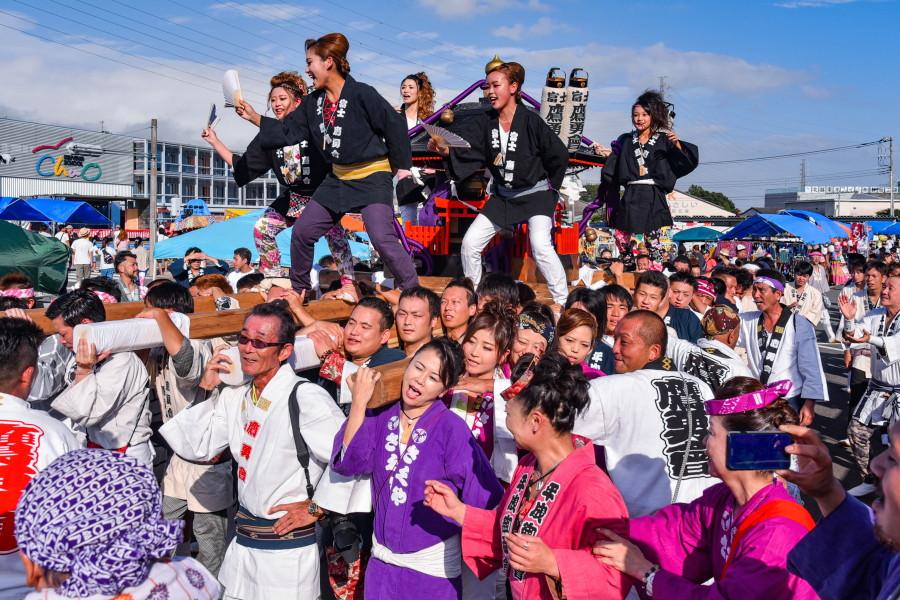 富士鷹勇會による神輿の渡御