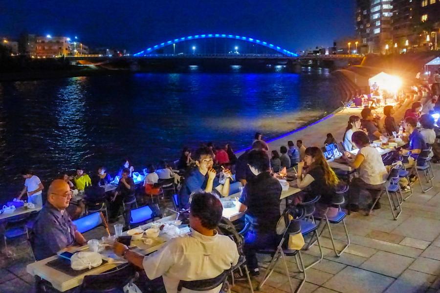 狩野川沿いの夜景を楽しみながら飲食