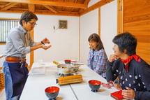 鰹節から出汁を取って作る味噌汁の体験