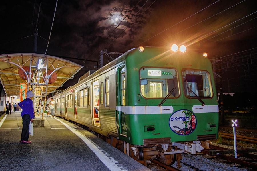 十五夜の月と岳南電車の風景