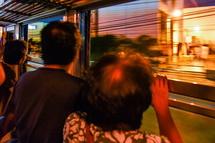 車窓からの夜景を楽しむ乗客