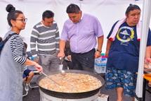 地元食材を使った創作ちゃんこ鍋を作る