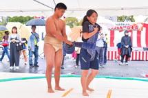 相撲の取り組みなどの実演