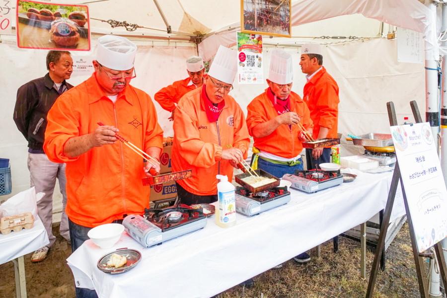 自慢の一品を調理する料理人たち