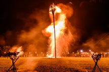 燃え盛る一般用の1つ目のカゴ