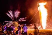 燃え盛る一般用の2つ目のカゴへと打ち上がる花火