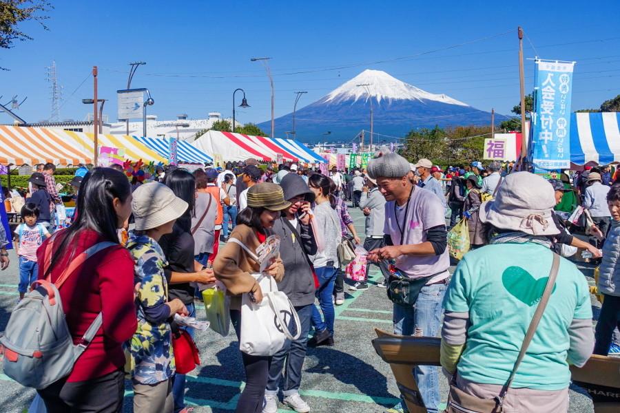 賑わう会場の富士市中央公園